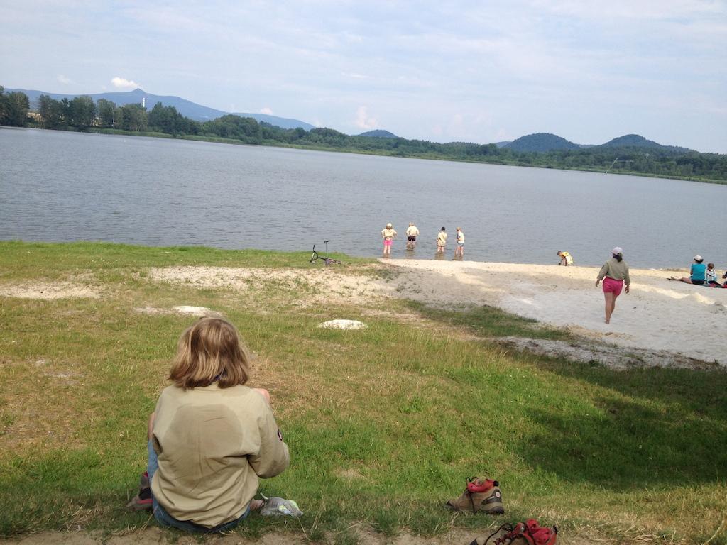 geschaffte Juffimädchen gönnen sich eine Abkühlung von der Hike im See