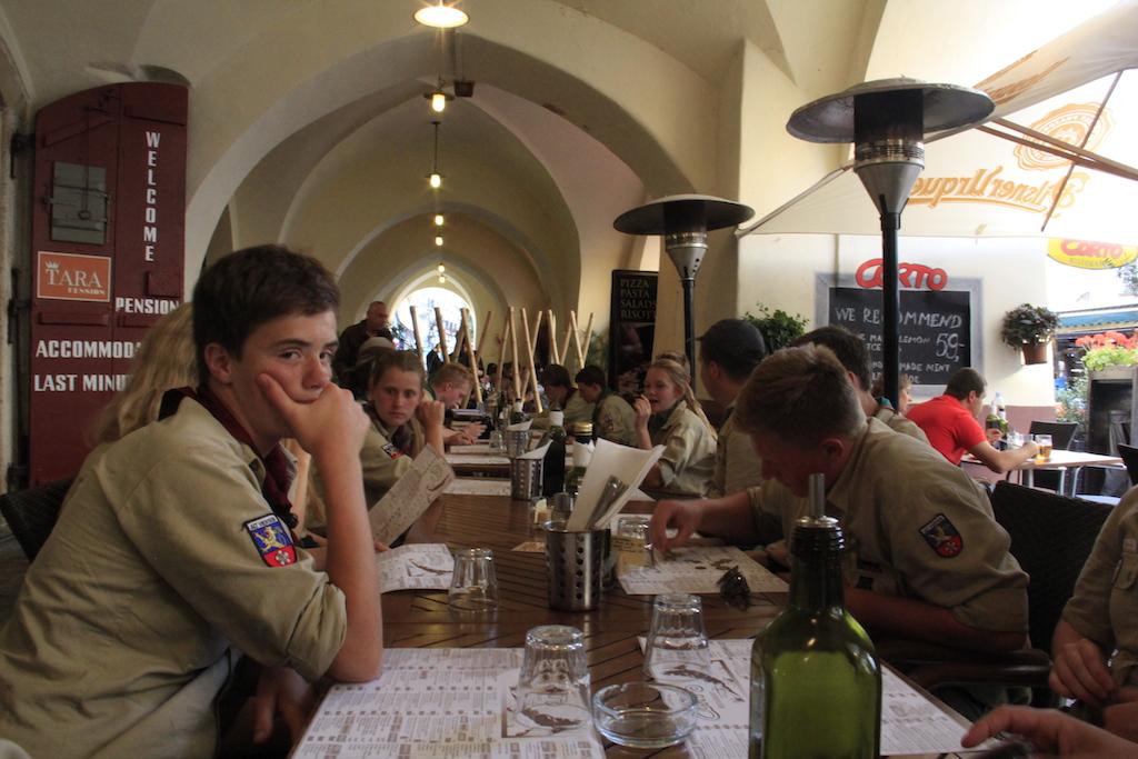 Pfadis beim Abendessen in Prag (Pizza)